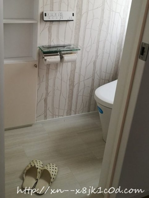 白いフローリングのトイレ