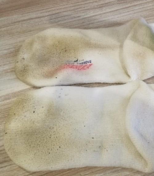泥汚れで茶色くなった靴下