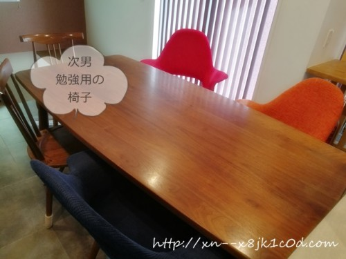 何も乗っていないテーブル