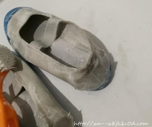 うたまろ石けんで上履きを洗っているところ