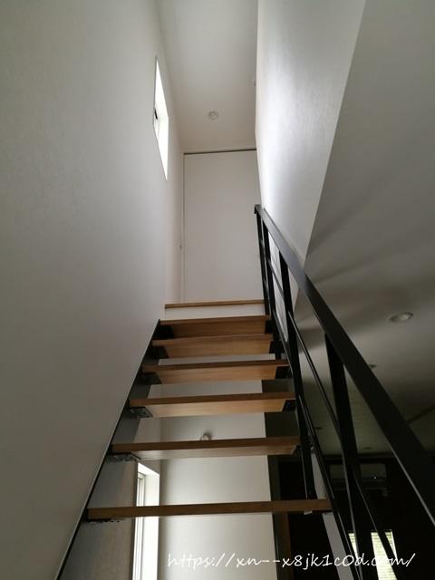 上から下を見た階段